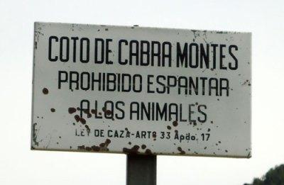 Signpost: coto de cabra montés: prohibido espantar a los animales. Ley de Caza Art. 33, Apd. 17